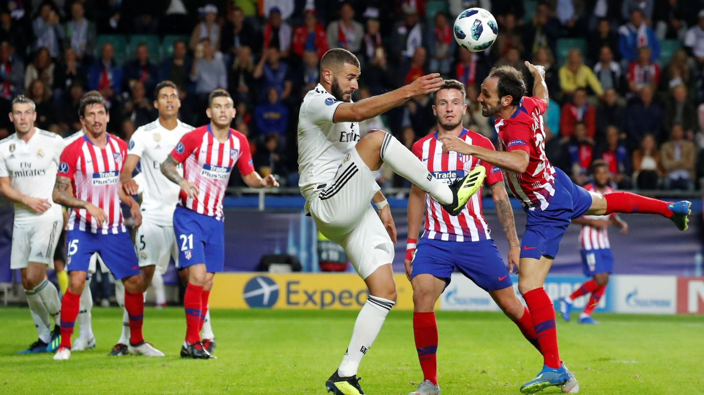 Benzema ante Juanfran. (Reuters)