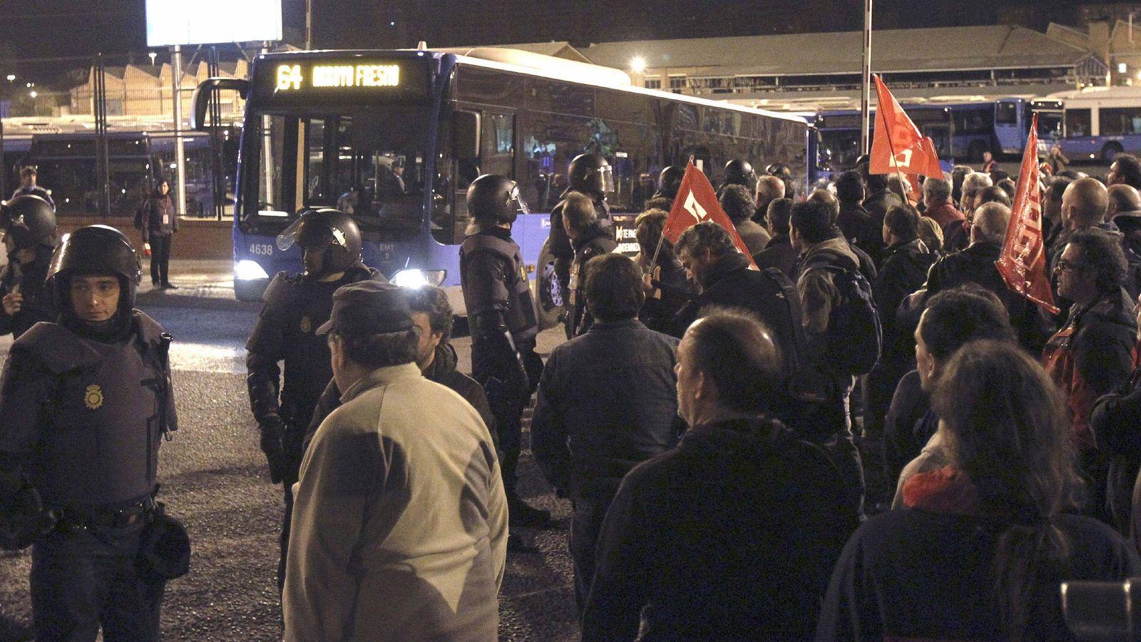 Foto: Efectivos de la Policía y piquetes, en las cocheras de la EMT en el barrio de Fuencarral durante la huelga general del 29 de marzo de 2012. (EFE)