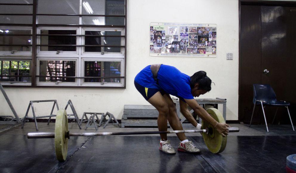 Joven entrenando halterofilia  (Biel Calderón)