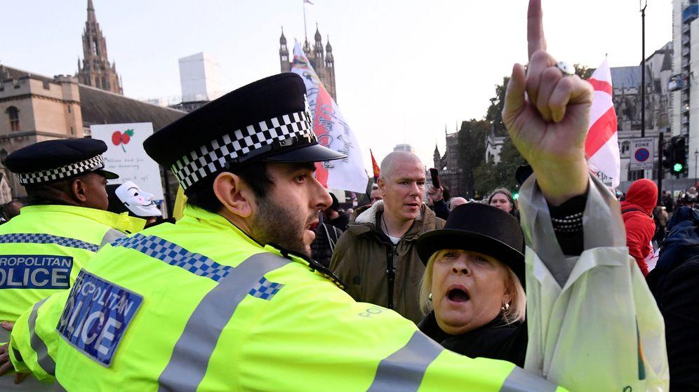 Foto: Una manifestante pro-Brexit se manifiesta por la salida del Reino Unido de la UE este 31 de octubre. (Reuters)