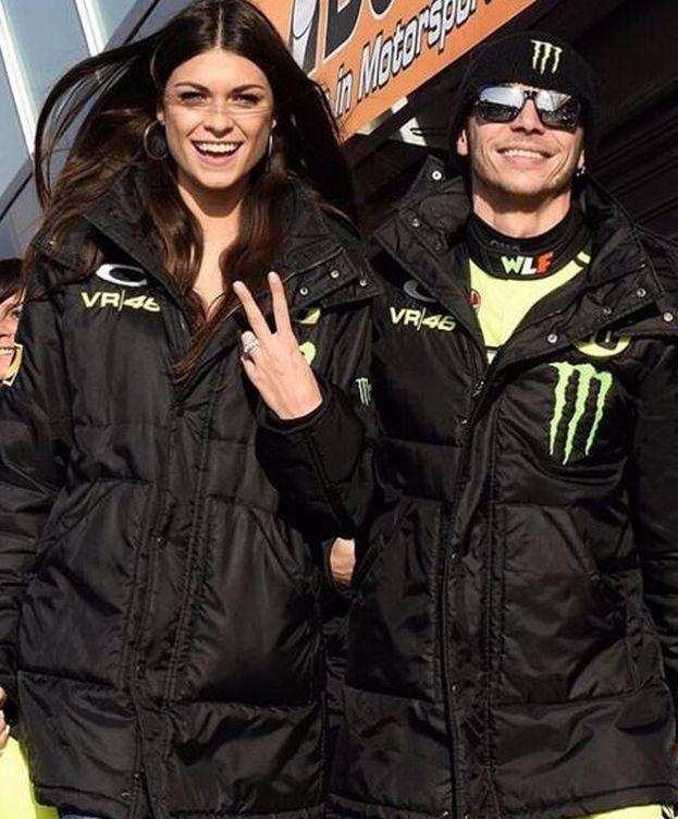 Foto: Valentino Rossi junto a su pareja en una imagen de Instagram