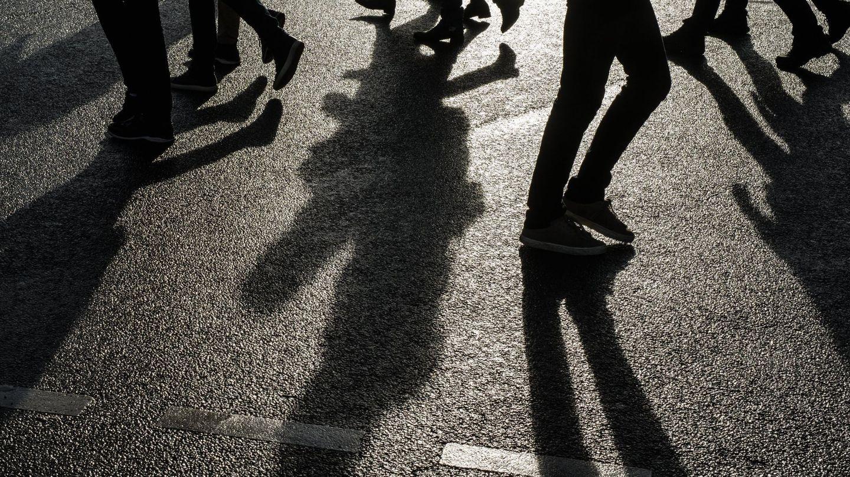 EPA4508. BERLIN (ALEMANIA), 24 01 2018.- La sombra de varios transeúntes se proyecta sobre el asfalto en un día soleado en Berlín, Alemania, hoy 24 de enero de 2018. EFE  Clemens Bilan