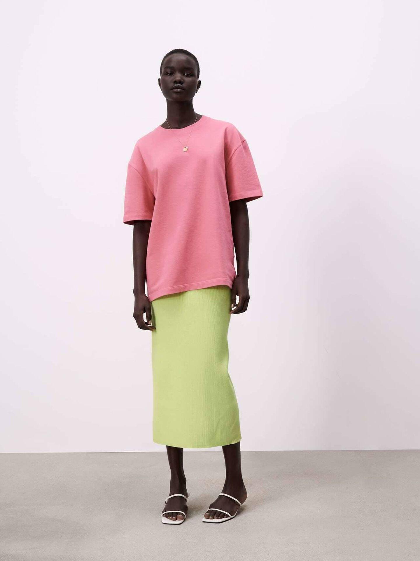 La camiseta fucsia de Zara. (Cortesía)