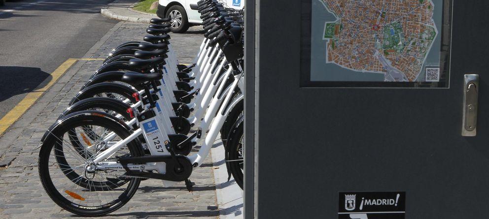 Foto: Bicicletas eléctricas del sistema público de alquiler BiciMAD que acaba de ser instalado en Madrid. (Efe/Juan M. Espinosa)