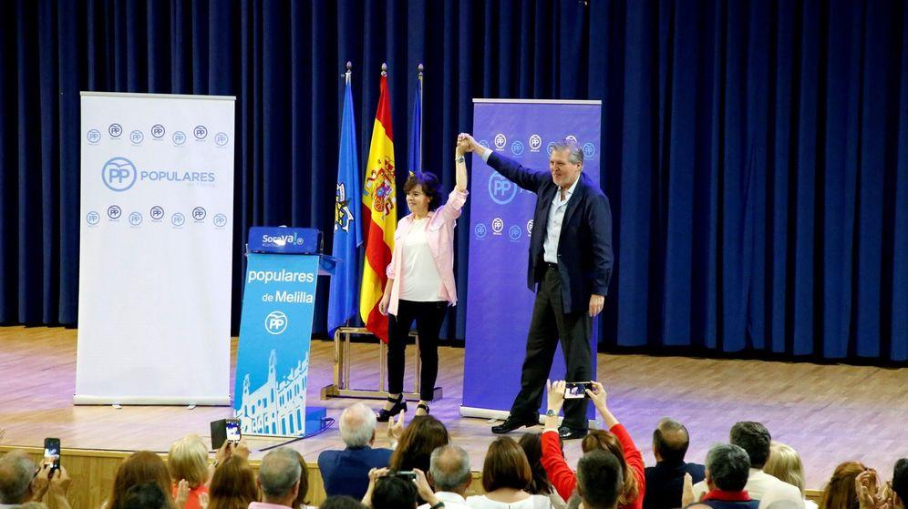 Foto: Soraya Sáez de Santamaría, acompañada de Iñigo Méndez de Vigo, ha participado en un acto con afiliados en el Palacio de Exposiciones y Congresos de Melilla. (EFE)
