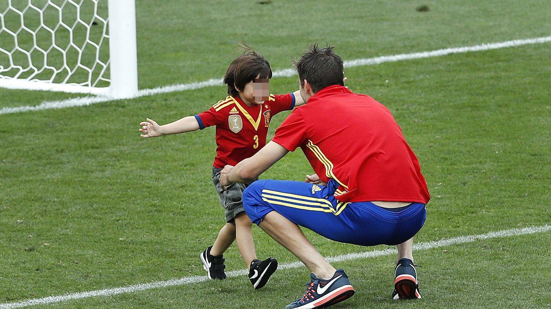 Piqué comparte su triunfo en la Eurocopa jugando con un Milan vestido con la Roja