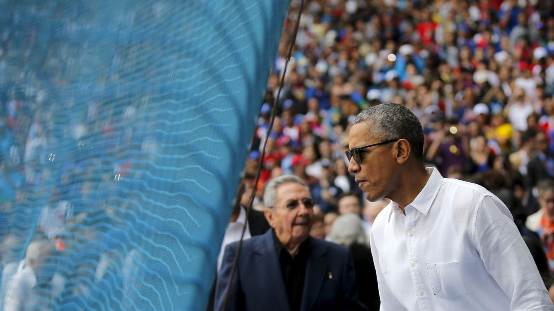 Obama se da un baño de masas en su visita a un partido de béisbol con Raúl Castro