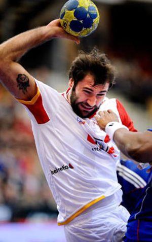 La 'barba solidaria' de Cañellas inspira a España para luchar por la final