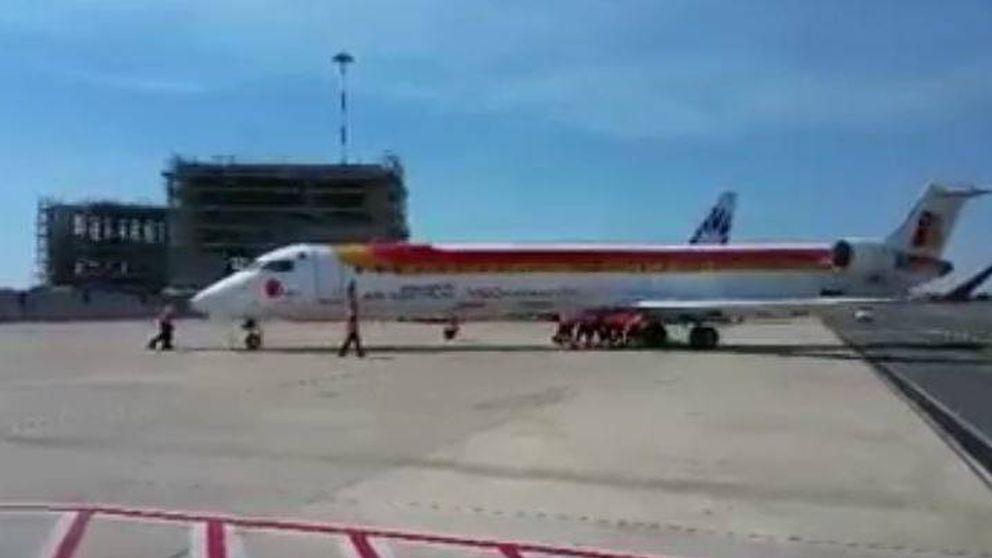 Empujan a mano un avión de Iberia en el aeropuerto de Fiumicino