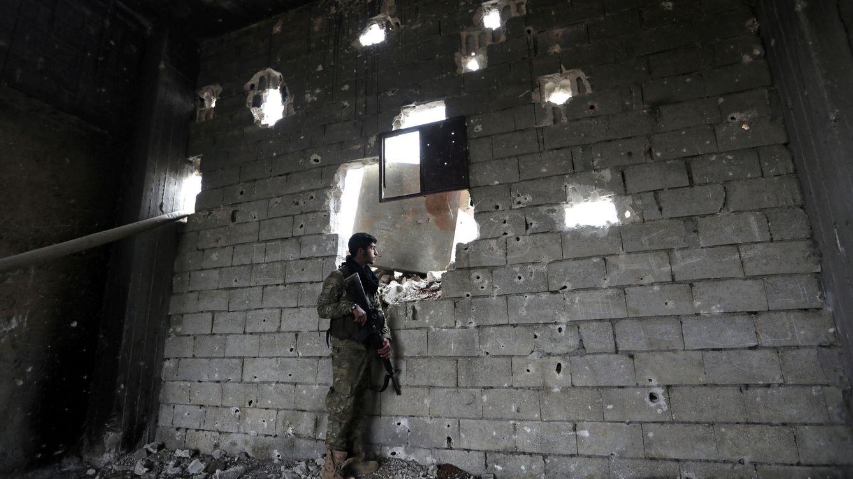 Foto: Un combatiente rebelde del Ejército Libre Sirio apoyado por Turquía en la localidad de Marea, en el norte de Alepo, el 10 de febrero de 2018. (Reuters)