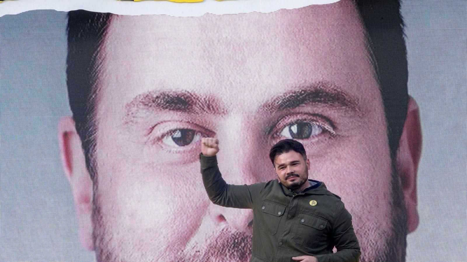 Foto: El candidato número dos al Congreso, Gabriel Rufián (c), participa en el acto final de campaña de ERC en Badalona, con la intervención de Oriol Junqueras. (EFE)