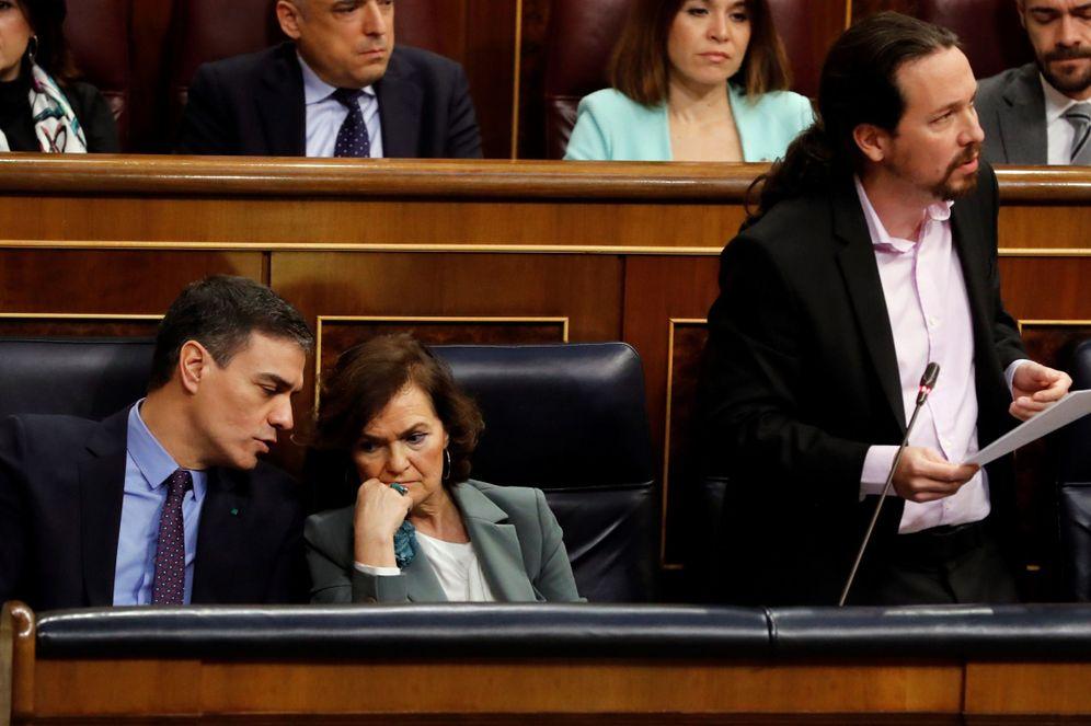 Foto: Pedro Sánchez y Carmen Calvo conversan durante la intervención de Pablo Iglesias en la sesión de control de este 19 de febrero en el Congreso. (EFE)