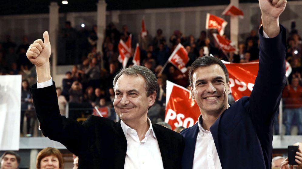 Foto: José Luis Rodríguez Zapatero y Pedro Sánchez, durante su mitin conjunto en Gijón este 10 de diciembre. (EFE)