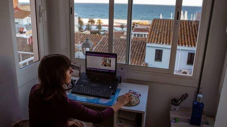 Una mujer teletrabaja en Barcelona. (EFE)