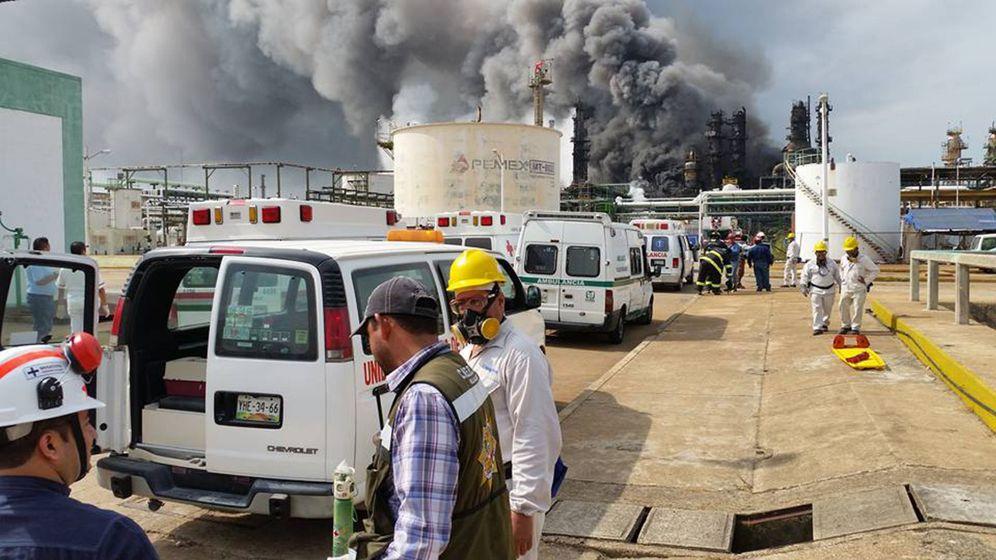 Foto: Los equipos de emergencia trabajan en el complejo de Pemex en Coatzacoalcos, en Veracruz (EFE)