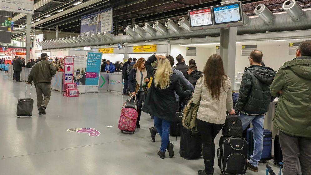 Foto: Cientos de pasajeros esperan en el aeropuerto tras una huelga | EFE