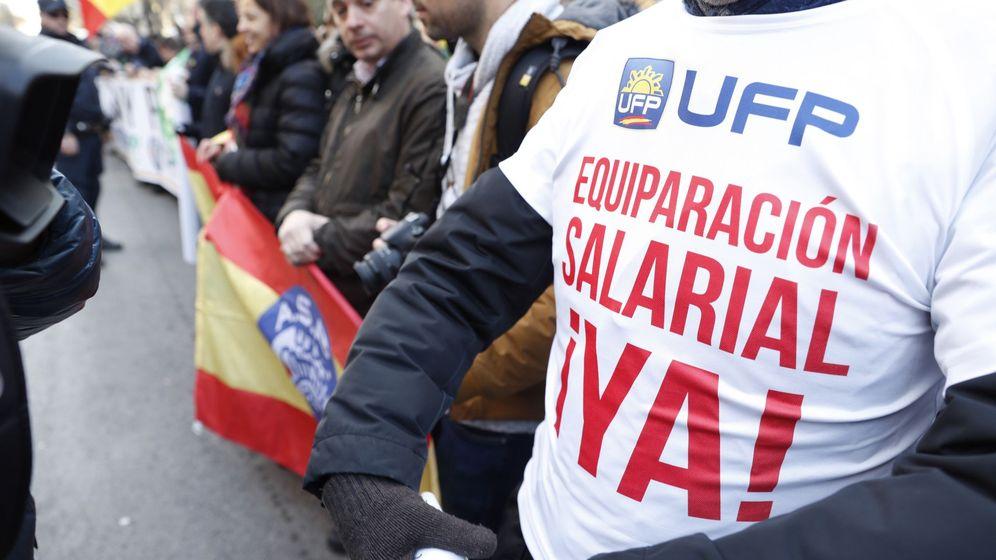 Foto: Miembros de los sindicatos policiales y asociaciones de la Guardia Civil, durante la concentración que protagonizaron frente a la Dirección General de la Policía para pedir la equiparación salarial. (EFE)