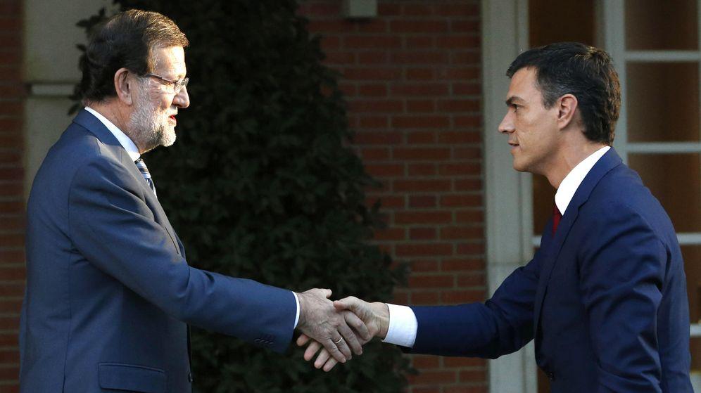Foto: El presidente del Gobierno, Mariano Rajoy (i), saluda al secretario general del PSOE, Pedro Sánchez. (EFE)