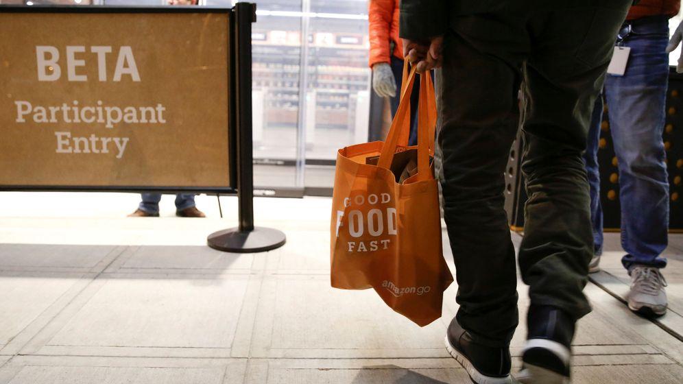 Foto: Un empleado de Amazon, en uno de los supermercados de Amazon Go 100% automatizados, sin cajas ni líneas de espera. (Reuters)