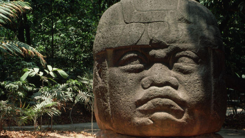 Foto: A pesar de los supuestos rasgos africanos, esta cabeza colosal se encuentra en Villahermosa (Tabasco). (Charles y Josette Lenars/Corbis)