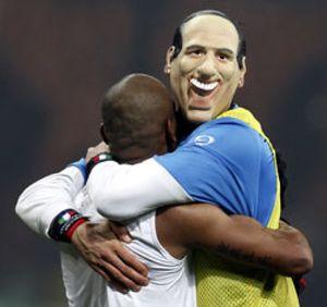 Materazzi se burla de Silvio Berlusconi en el Inter-Milan