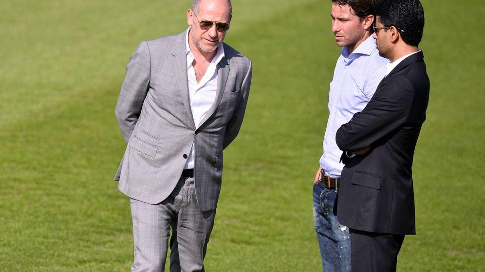 Foto: En la imagen, Antero Henrique (i), director deportivo del PSG, junto a Maxwell (c) y Al-Khelaifi (d). (Imago)