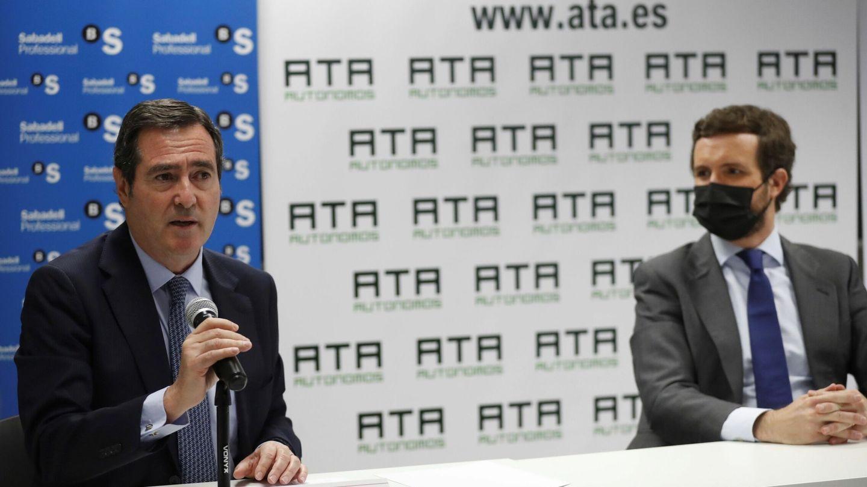 El presidente de la CEOE, Antonio Garamendi (i), y el presidente del PP, Pablo Casado (d), esta mañana. (EFE)