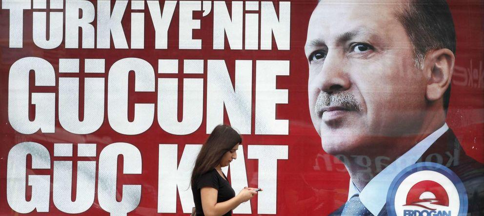 Foto: Cartel electoral del favorito a las generales de Turquía, Tayyip Erdogan. (Reuters)