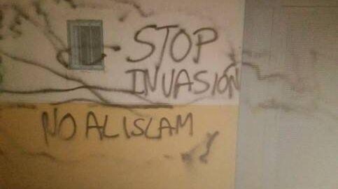 Dejan una cabeza de cerdo y hacen pintadas racistas en una mezquita de Murcia