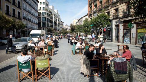 El virus da tregua a Madrid y Ayuso relaja las medidas en hostelería: 6 personas en terraza