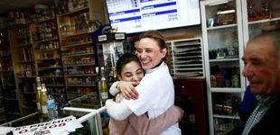 Post de Respeta un pacto de 15 años y comparte el premio de lotería con su amiga