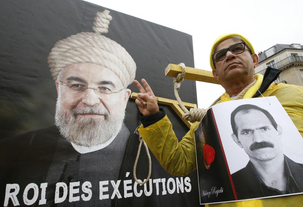 Foto: Pancarta acusando de Rey de las ejecuciones al Presidente iraní Hassan Rohaní, durante su visita a Francia en enero de 2016 (Reuters)