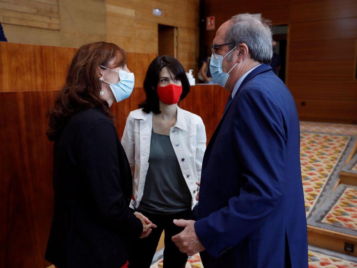 Foto: El portavoz socialista en la Asamblea de Madrid, Ángel Gabilondo, conversa con la portavoz de Podemos, Isa Serra (c) y Mónica García, de Más Madrid. (EFE)