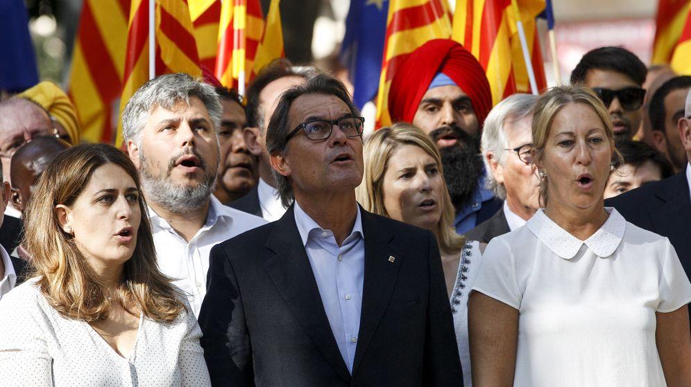 Foto: El expresidente de la Generalitat de Catalunya Artur Mas (c) asiste a la tradicional ofrenda floral al monumento de Rafael Casanova. (EFE)