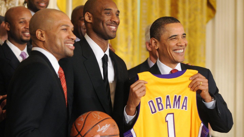 Kobe Bryant junto a Barack Obama. (Reuters)
