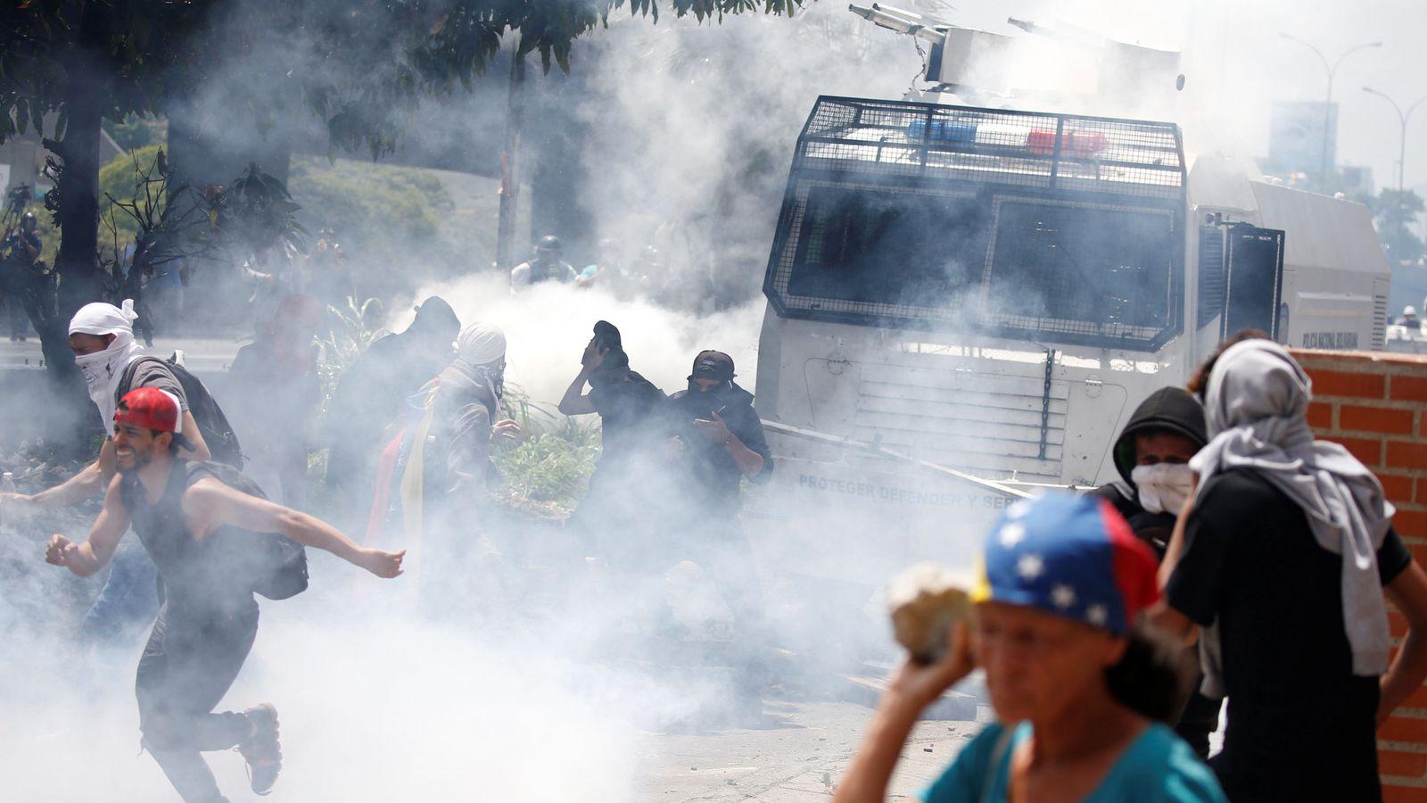 Foto: Manifestantes opositores se enfrentan a la policía en mitad de los gases lacrimógenos en Caracas, el 6 de abril de 2017. (Reuters)