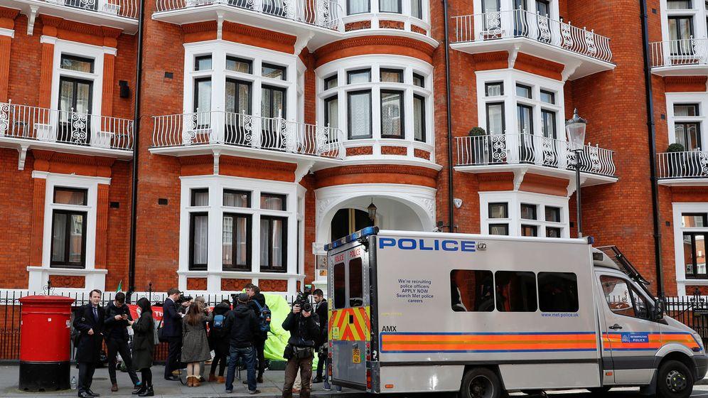 Foto: El furgón de policía en el que fue introducido Julian Assange. (EFE)