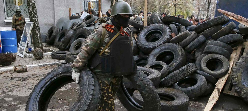 Foto: Un hombre armado levanta barricadas en Slaviansk. (Reuters)
