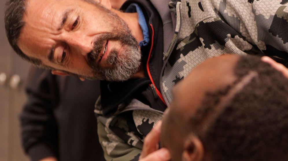 El doctor Pedro Cavadas extirpa a un niño de 10 años un tumor más grande que su cabeza
