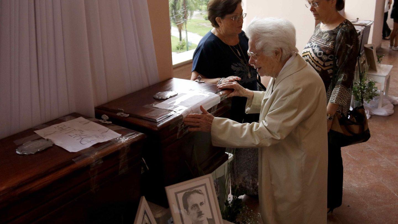 Familiares reciben las urnas con los restos de los desaparecidos en la dictadura de Stroessner, que han sido identificados hasta ahora, en Asunción. (EFE)