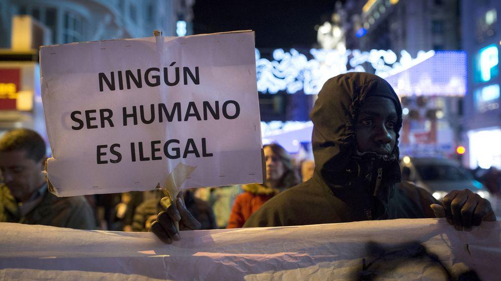 Foto: Un inmigrante en la marcha por la Dignidad contra la explotación obrera en Madrid. (EFE)