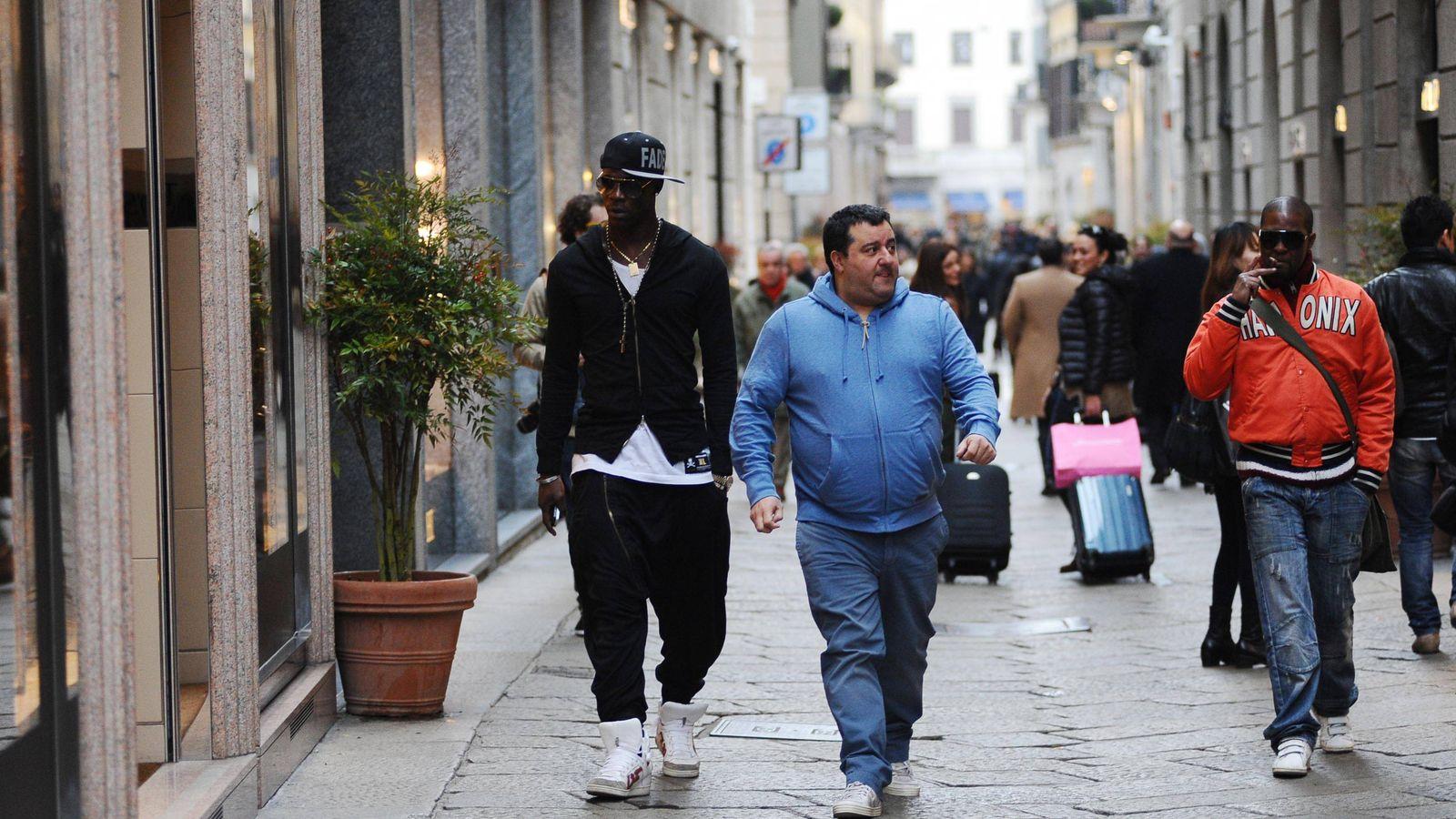 Foto: Mario Balotelli y Mino Raiola paseando por Milán (Cordon Press).