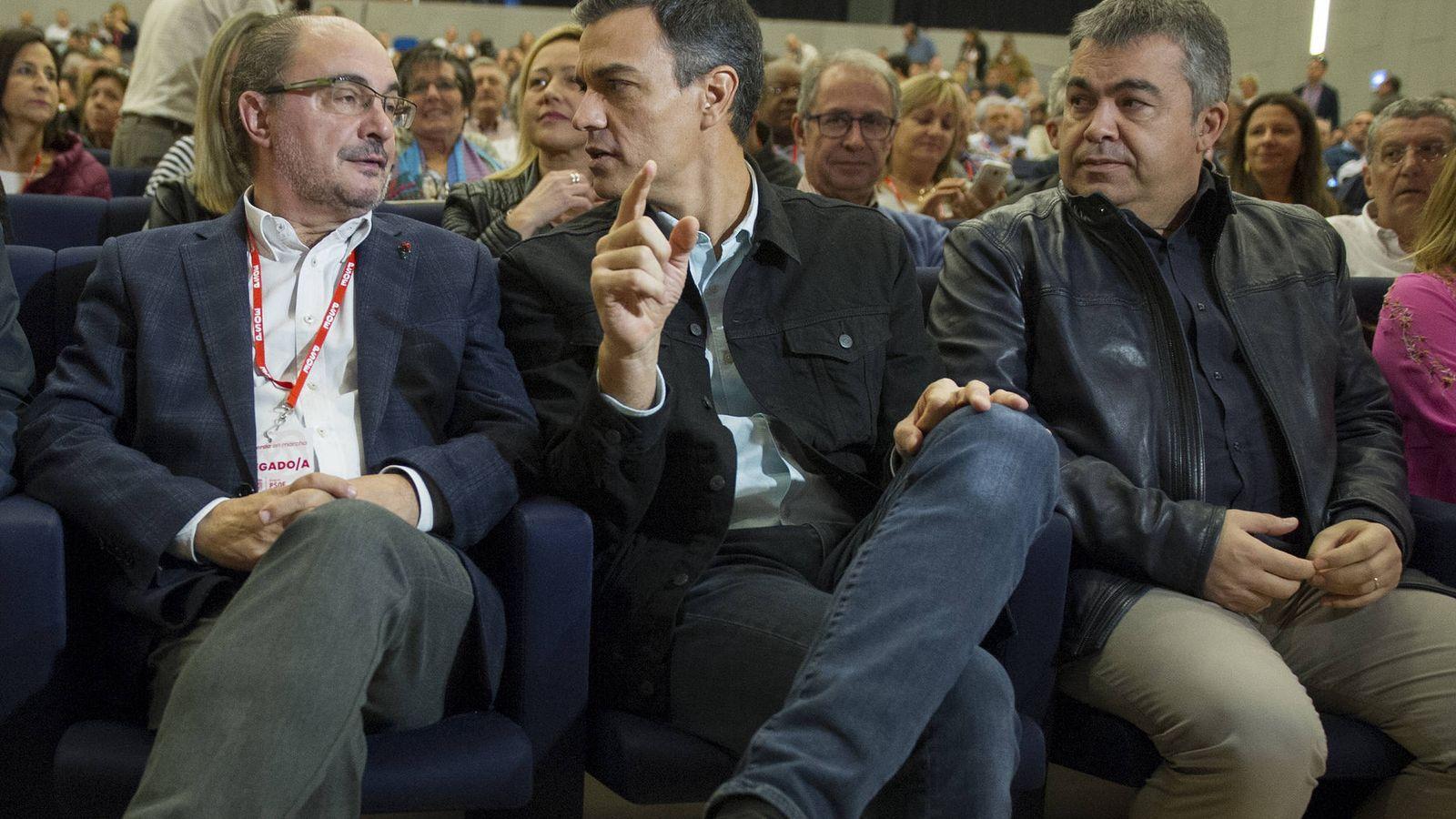 Foto: Pedro Sánchez charla con Javier Lambán, ante el dirigente federal Santos Cerdán, el pasado 5 de noviembre en el 16º Congreso aragonés, en Zaragoza. (Borja Puig | PSOE)