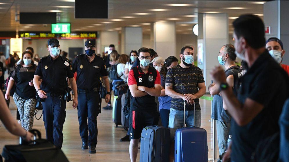Foto: Pasajeros en la Terminal 1 del aeropuerto de Barajas, el pasado día 1. (EFE)