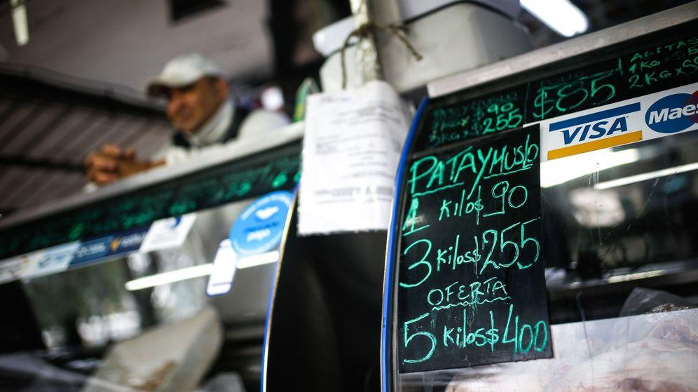 Foto: ista del cartel de precios en un mercado en Buenos Aires. (EFE)