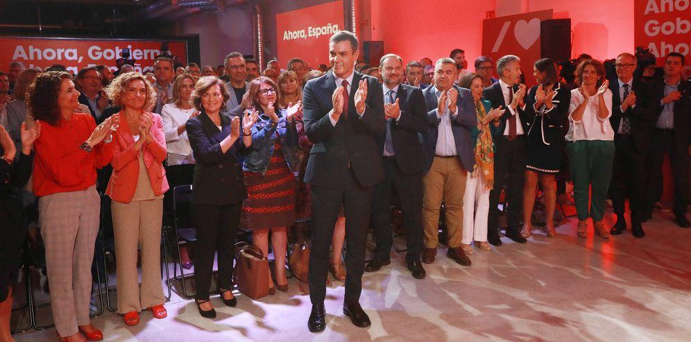 Foto: Pedro Sánchez, con los miembros de su ejecutiva y la mayoría de ministros del Gobierno, este 30 de septiembre en La Próxima Estación, en Madrid. (Inma Mesa | PSOE)