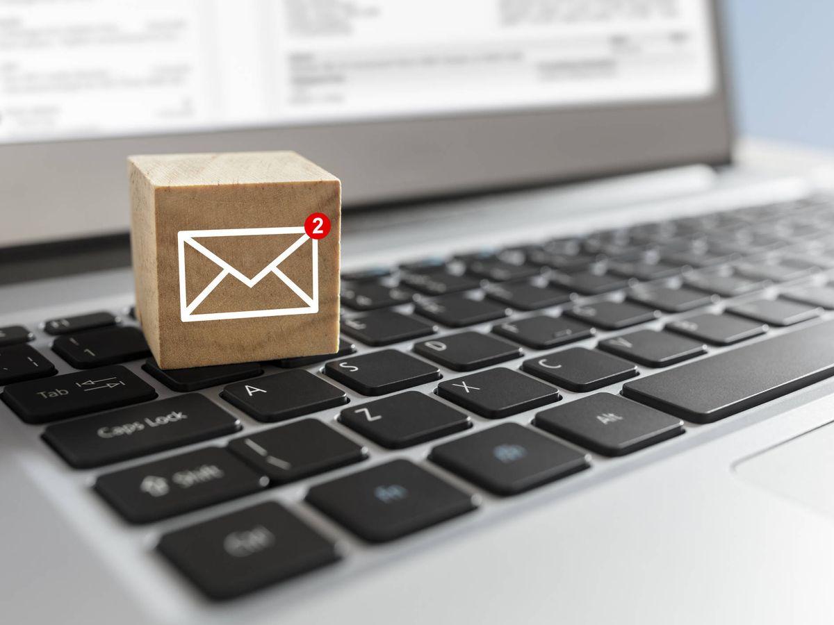Foto: Símbolo de una carta sobre un ordenador. (iStock)