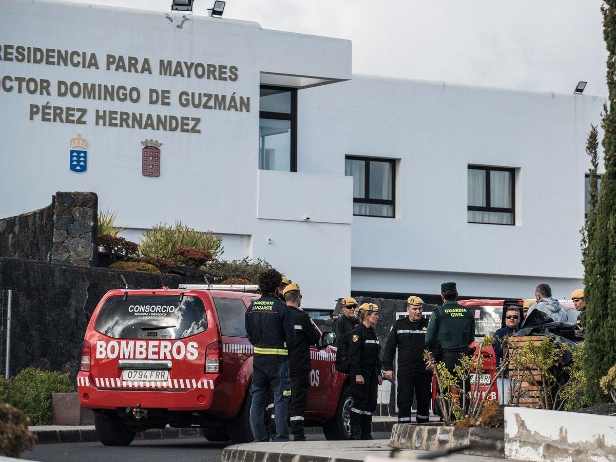 Foto: La UME desinfecta este 23 de marzo la residencia de mayores del Cabildo de Lanzarote en Las Cabreras, Teguise. (EFE)