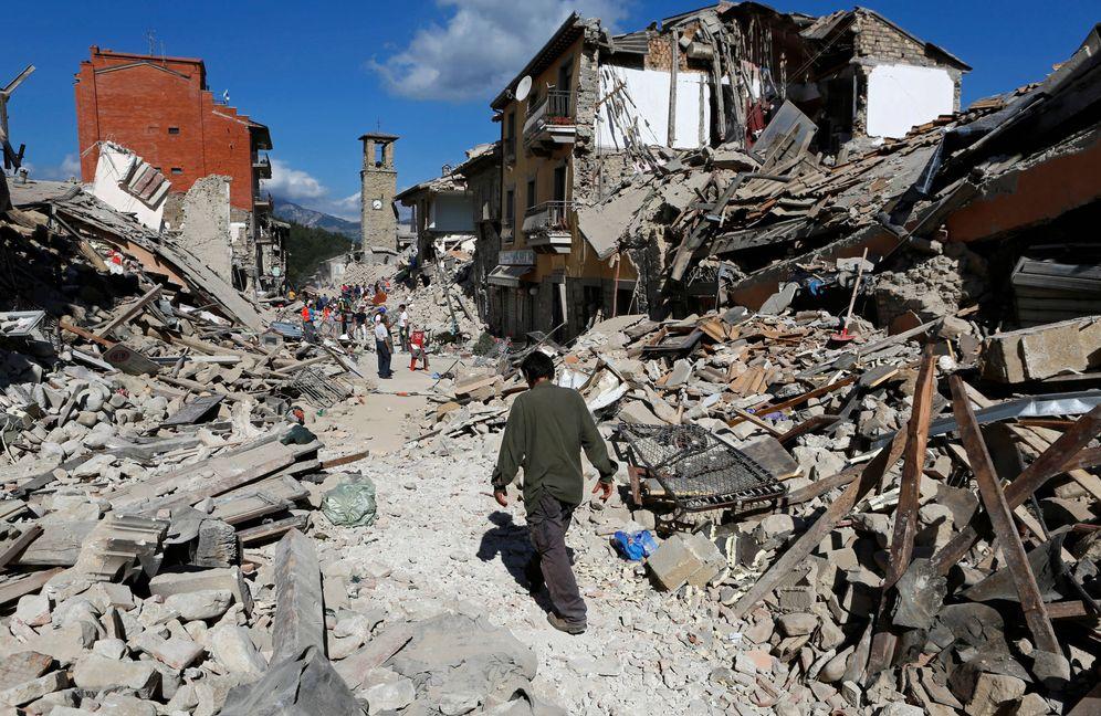 Foto: Un hombre camina entre los escombros en Pescara del Tronto, el 24 de agosto de 2016. (Reuters)