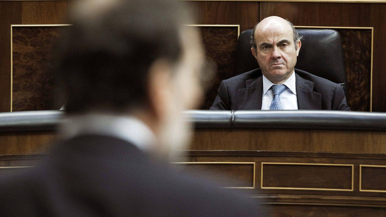 Foto: El jefe del Ejecutivo, Mariano Rajoy, durante su intervención en una sesión de control al Gobierno hoy en el Congreso frente al ministro de Economía, Luis de Guindos. EFE/Emilio Naranjo
